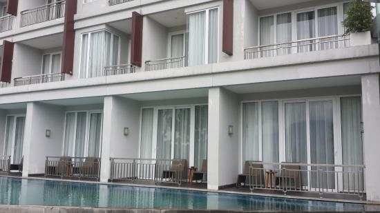 The pool picture of r hotel rancamaya bogor tripadvisor for Balcony hotel sukabumi
