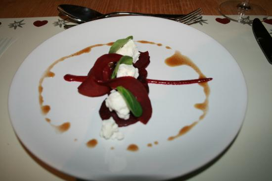 Chalet Calluna : Starter of beetroot and goat cheese salad.