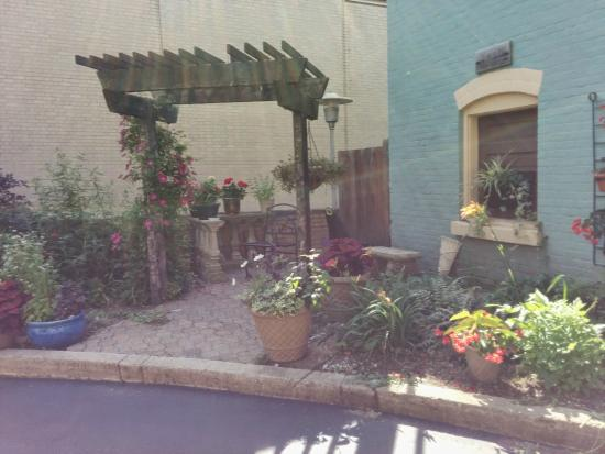 Kalamazoo House Bed and Breakfast: outdoor garden
