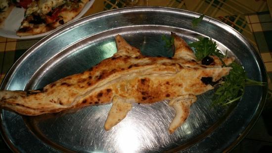 Maestri Pizzaioli: la pizza Coccodrillo chiesta con ripieno di salsicce e friariell
