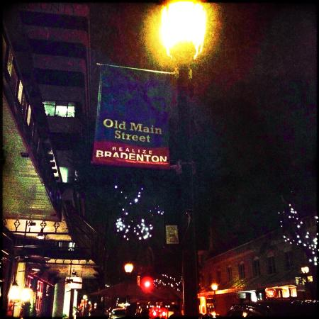 O'Bricks Pub and Martini Bar: Old Main Street