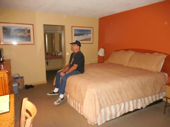 Sandpiper Lodge: Very comfortable (tall) King bed