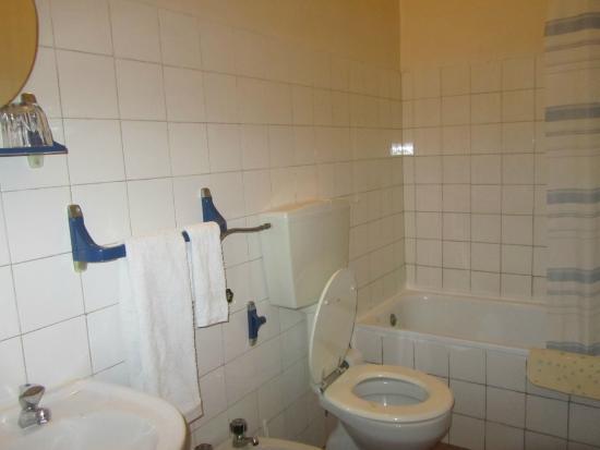 Pensao Prata: Просторная ванная комната