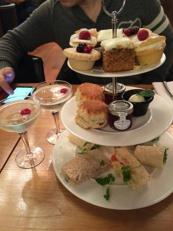 Angels Share Hotel: Really yummy afternoon tea, all freshly made and it came with a glass of prosecco, perfect! Defi
