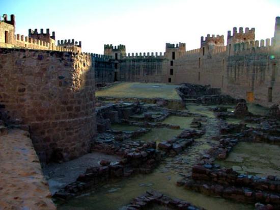 Interior fotograf a de castillo de ba os de la encina ba os de la encina tripadvisor - Castillo de banos de la encina ...