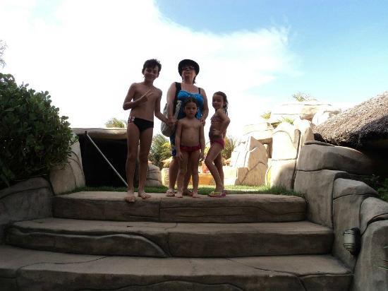 Hotel Prive do Atalaia : Vovó e netinhos na área da piscina