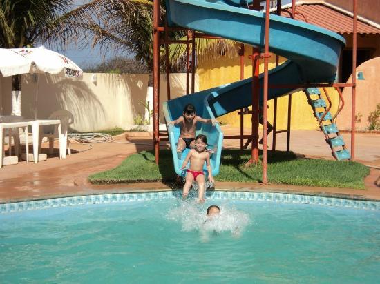 Hotel Prive do Atalaia : Netinhos no toboágua da piscina