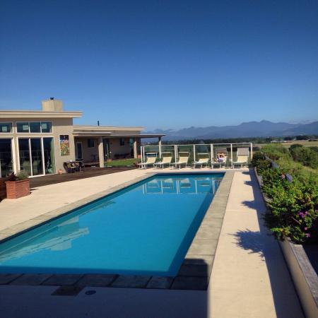 Mountain View Villa: Pool and view from guest house