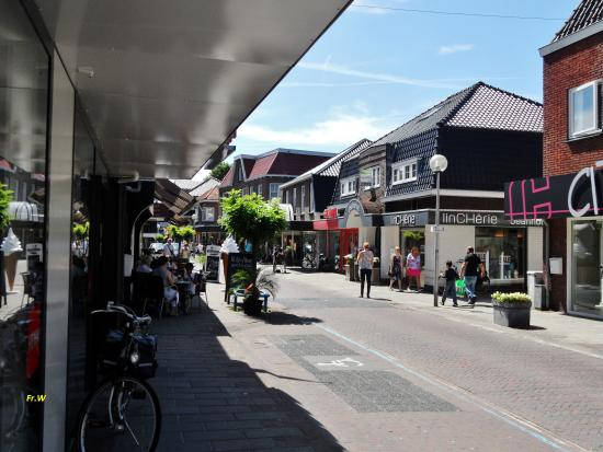 Tubbergen, Нидерланды: Stukje winkelstraat , met een terrasje .