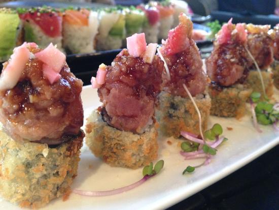 Ikibana Restaurant & Lounge Born : Bubaloo Morango (maki de atún tempurizado, tartar de atún, fresa, palmito y jalapeño )