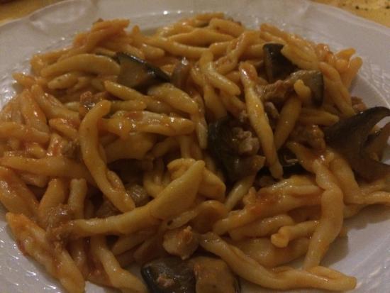 Ristorante Nadi: Strozzapreti con funghi cardoncelli e salsiccia