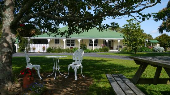 Allambee Cottages : The front garden - beautiful setting