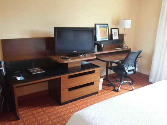 Fairfield Inn & Suites Austin South: Bedroom desk and TV