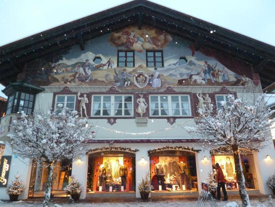 H+ Hotel Alpina Garmisch-Partenkirchen: maison peinte à Garmisch