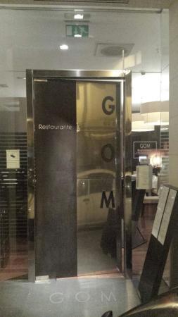 Restaurante Gom: Dörren som leder in direkt till restaurangen från parallellgatan öster om officiella addressen.