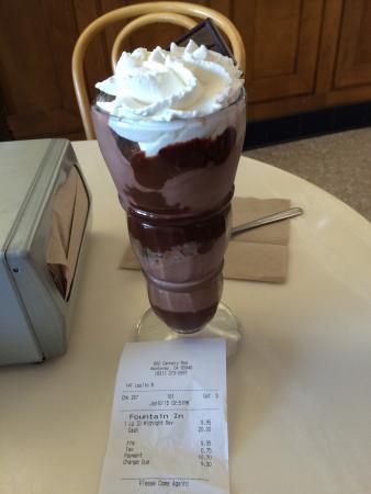 Ghirardelli Ice Cream & Chocolate Shop: Divino! Enorme!  Toda loja te entrega um chocolatinho na entrada, um mimo!!