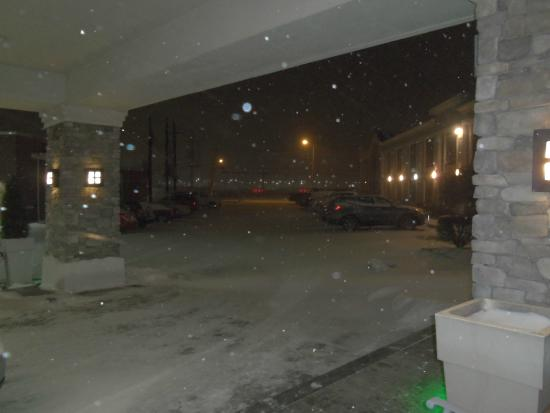 Holiday Inn Buffalo International Airport: Looking from lobby at 1 am--the snow got worse!