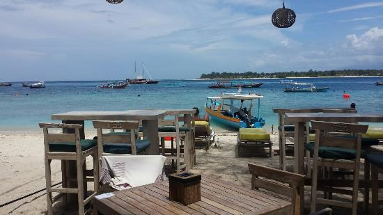 Gili Palms Resort: Once you leave the hotel towards the beach, this is the view. Simply stunning