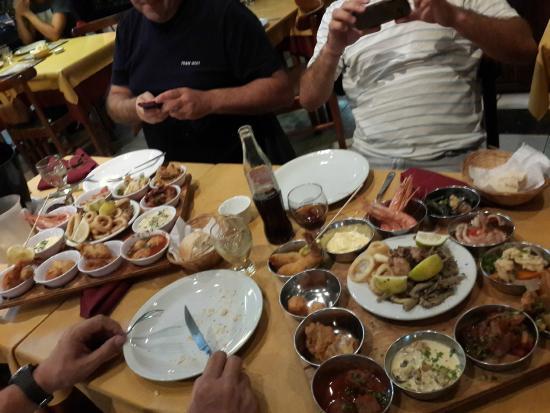Tabla con 14 variedades de frutos de mar