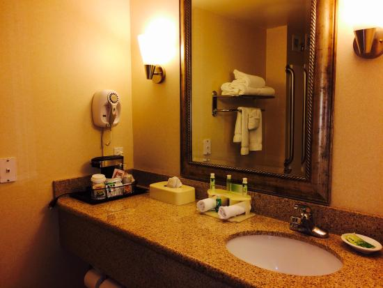 Holiday Inn Express Tacoma : Bathroom