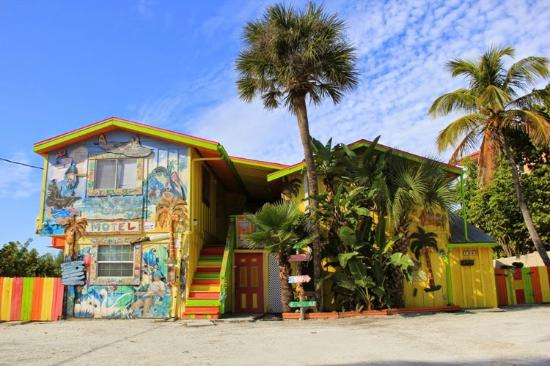 Bradenton Beach, Flórida: Cool looking hotel on the island