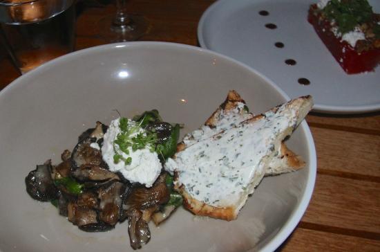 Hamakua Mushrooms: herbed chevre crostini - Foto di Ka'ana Kitchen ...