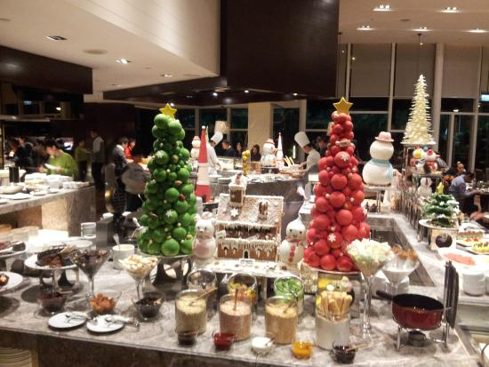 Christmas Dinner In A Tin.Christmas Decor At The Buffet Picture Of Cafe Hyatt
