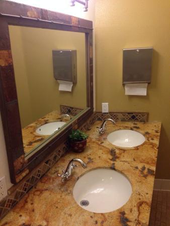 Treebones Resort Wild Coast Restaurant and Sushi Bar : Clean bathrooms