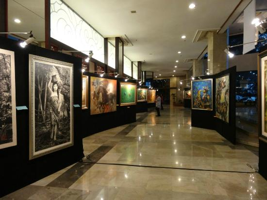 Grand Sahid Jaya Hotel: Pictures display(event) at the Lobby