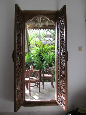 Hibiscus Cottages: Looking out the door from the bedroom onto private patio