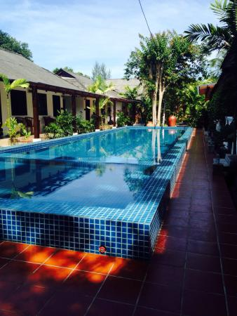 Tropical Resort: Lovely new pool , clean, quiet and perfect temperature in beautiful grounds and brand new sun lo