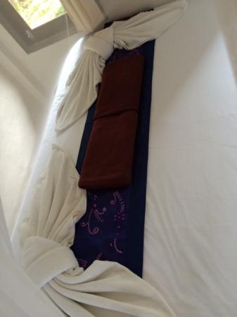 Hutcha Resort : parure de lit avec les serviettes de toilette