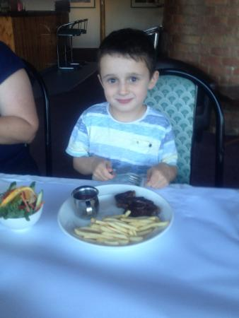 Silver Hills Motel: Kids steak! Not a nugget in sight- very happy kids. Excellent meal all round . Compliments to th