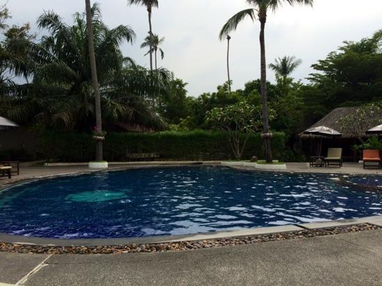 Hutcha Resort : Piscine (beaucoup de béton)