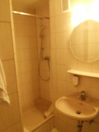 Novum Hotel Rieker Stuttgart Hauptbahnhof: salle de douche
