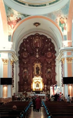 Iglesia de San Jaime y Santa Ana: Nave y retablo principal de San Jaime