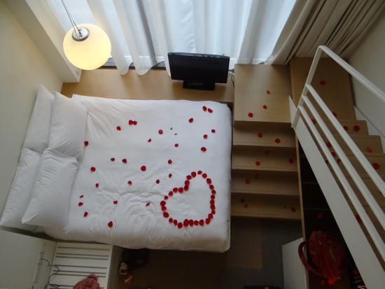 Studio M Hotel: Rose Petal arrangement and the room