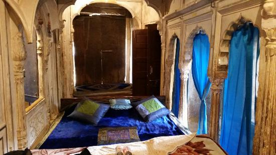 Hotel Suraj Vilas : Our room at the second night - like a blue paradise of a different, long gone history.