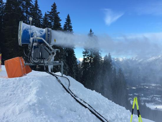 Garmisch-Partenkirchen Ski Resort: Snow machines are very necessary since it doesn´t snow much here