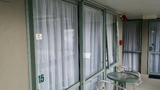 Accolade Lodge Motel: テラスから直接入る入り口。カーテンを閉めておかないと丸見え