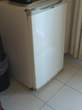 The Palms at Pelican Cove: Rusty refrigerator in room