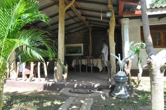 Samanala Guest House : Restaurent and garden
