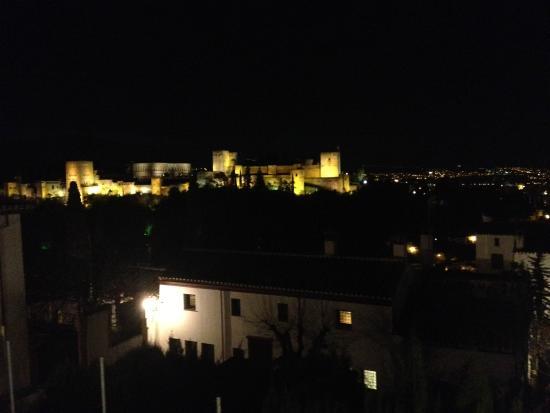 Carmen Del Cobertizo: The mightly Alhambra at night!