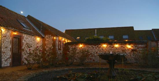 Briarfields Hotel: The courtyard at dusk