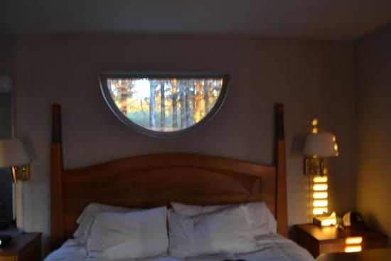 Quileute Oceanside Resort : Bedroom area...I just love the half-circle window looking out into the woods...