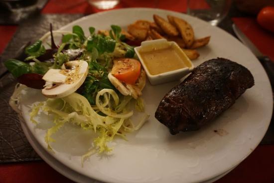 Castelfranc, Francia: Magret de canard frais grillé entier, sauce à l'orange et pommes de terre frites maison et salad