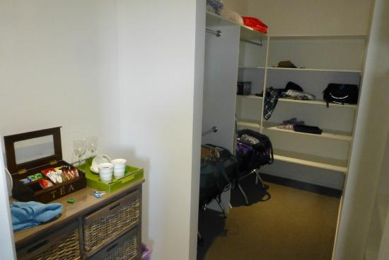 Coffs Jetty BnB: Walk in wardrobe