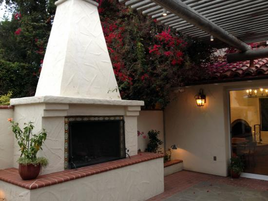 The Inn at Rancho Santa Fe, A Tribute Portfolio Hotel: Outdoor Fireplace