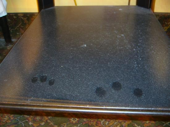 Blue Moon Hotel: poussière sur la table