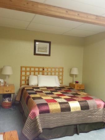 Rainbow Country Bed and Breakfast: Le lit double de notre chambre pour 3
